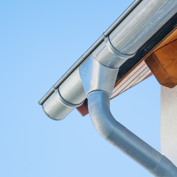 Gouttière en zinc, les avantages d'un matériau solide et esthétique